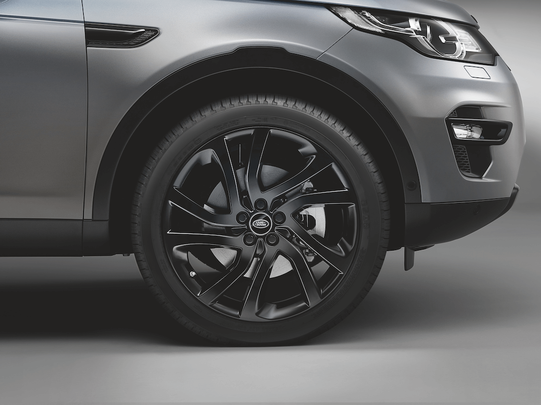 Wheels of a Land Rover Discovery Sport
